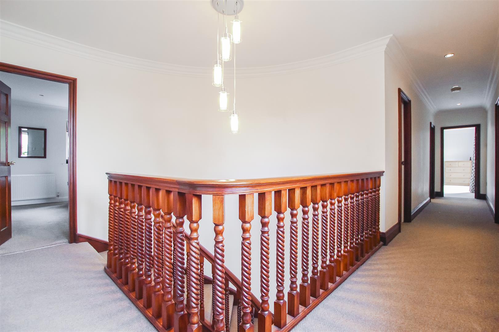 6 Bedroom Detached House For Sale - Landing